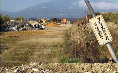 ?? Foto Bojan Rajšek ?? Inertni odpadki v suhadolski jami so na vodozbirnem območju.