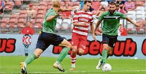 ?? Foto: Steffen Beyer ?? Adrian Jarosch (rechts) im Trikot des FSV Union Fürstenwalde gegen seinen Ex-club Energie Cottbus