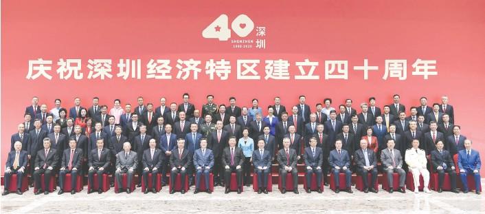 ??  ?? 10月14日,深圳经济特区建立40周年庆祝大会在广东省深圳市隆重举行。中共中央总书记、国家主席、中央军委主席习近平在会上发表重要讲话。这是习近平等亲切会见参加庆祝大会的部分代表并同大家合影留念 新华社图