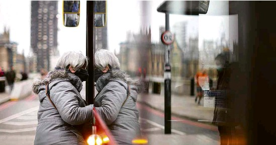 ?? Hannah McKay/Reuters ?? Mulher entra em ônibus em Londres; Boris Johnson anuncia reabertura de escolas em março e suspensão total de restrições em junho