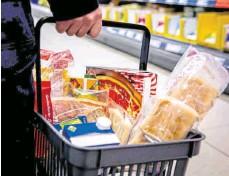 ?? FOTO: NGG ?? Damit der Einkaufskorb nicht leer bleibt: Beschäftigte in der Ernährungsindustrie und im Lebensmittelhandwerk arbeiten aktuell auf Hochtouren. Darauf weist die Gewerkschaft NGG hin.
