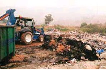 ?? TIMOTHY ACHARIAM/ THESUN ?? Selayang Municipal Council workers cleaning up the rubbish at the illegal dump site .