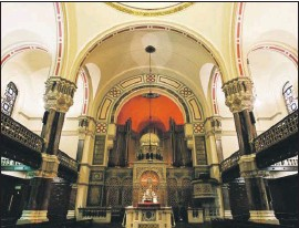 ??  ?? Interior of West London shul (also bottom of page), established in 1840