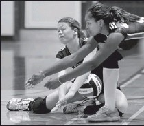 ?? TYLER BROWNBRIDGE/The Windsor Star ?? St. Clair College's Alee Brecka, left, and Lateeshia Thompson collide against Mohawk College Friday during OCAA volleyball at St. Clair College. The Saints lost 3-1.