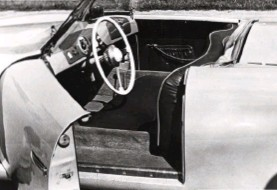 ??  ?? Below left: A single speedometer confronted the 356's driver, set into a contrasting panel that mirrored the glove compartment. Just visible, the gear lever was mounted on the floor in VW style