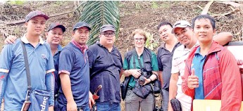 ??  ?? PONGO Alliance Kinabatangan project director Dr Felicity Oram (fourth right) in the field with oil palm plantation partners.