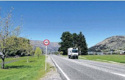 ?? PHOTO: KERRIE WATERWORTH ?? Changes . . . Traffic can travel up to 70kmh in Golf Course Rd but at the intersecti­on with Cardrona Valley Rd the speed limit is now 40kmh.