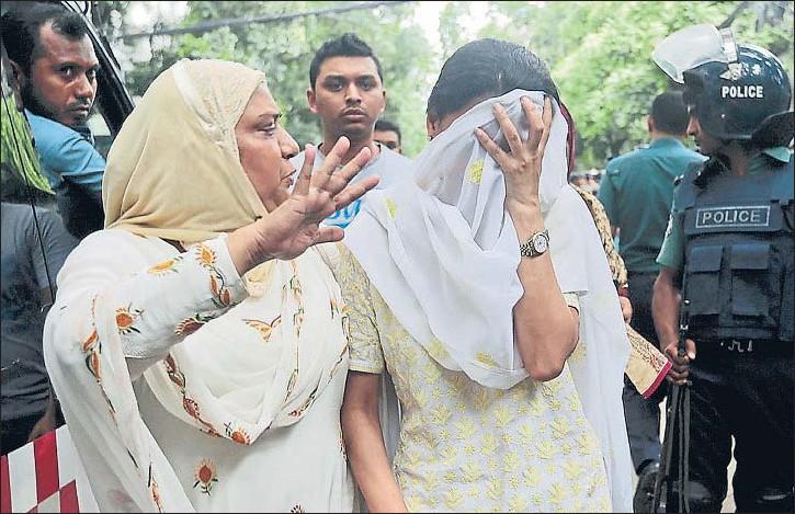 ?? AP ?? Una familiar consuela a una mujer que se tapa el rostro después de enterarse de que su hijo es una de las víctimas del ataque al restaurante, ayer en la capital de Bangladesh