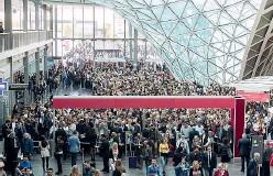??  ?? L'edizione 2016 del Salone del Mobile, con la folla alla Fiera di Rho (foto LaPresse)