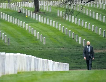 ?? [ AFP/Smialowski ] ?? Joe Biden auf dem Heldenfriedhof Arlington, wo er der 2488 US-Opfer des Afghanistan-Kriegs gedachte.