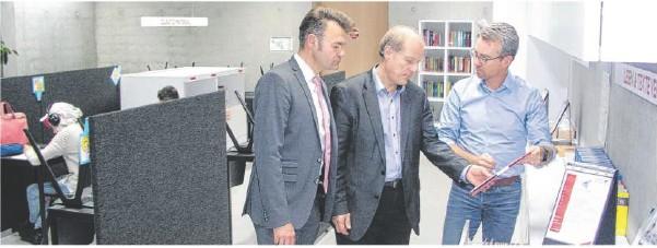 ??  ?? Bürgermeister Jörg Seibold (links) und der Landtagsabgeordnete Jürgen Filius zeigten sich begeistert vom Lernbüro der Blaubeurer Blautopf-schule, das ihnen Schulleiter Thomas Hilsenbeck (rechts) vorführte. Foto: Thomas Spanhel