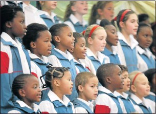 ?? Pic­tures: BRIAN WIT­BOOI ?? SAY­ING IT WITH SONG: The Cradock Prepara­tory School choir per­forms at the memo­rial ser­vice for teacher Theresa Buys
