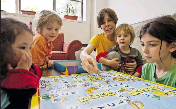 ?? Dave SiDaway  THE GAZETTE ?? Sonya Olthof with some of the kids at the Communidée home-schooling centre: five-year-old Anna Grier (left), Eli Shiller, 5½, Tomek Shiller, 3½, and Kelly Geist, 10. Olthof and other home-schooling parents in Montreal banded together to open the centre...
