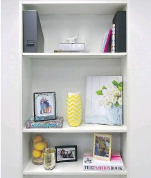 ??  ?? Mix vertical and horizontal when decorating shelves.