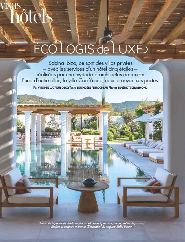 """??  ?? Autour de la piscine du clubhouse, des meubles en teck pour se reposer et profiter du paysage. En face, la sculpture en bronze """"Emanation"""" du sculpteur Sukhi Barber."""