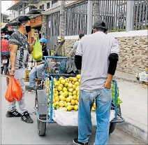 ?? ANGELO CHAMBA / EXPRESO ?? Asistencia. Solo 3.000 informales han sido reubicados a los mercados.