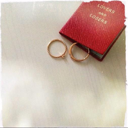 ?? @la_defa ?? #timeless #rings #memory #instafeelings #evocative #like #romance #statement Fedina liscia in oro rosa con diamante, € 645 circa. Fedina lavorata in oro rosa con diamante, € 640 circa. Tutto Govoni Gioielli.