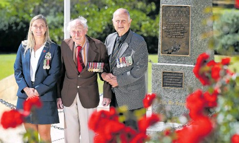 ?? Picture: David Baylis ?? Peta Connelly, Geoffrey Pope and Wayne Koch at the North Beach Memorial.