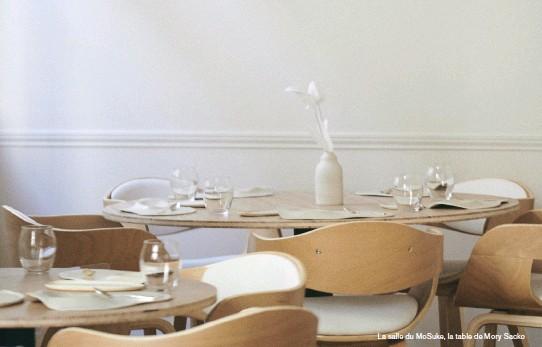 ??  ?? La salle du Mosuke, la table de Mory Sacko
