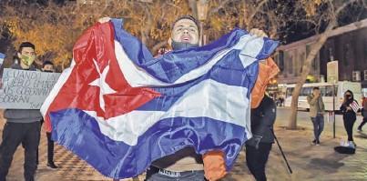 ??  ?? La bandera cubana fue la principal protagonista de la manifestación en la plaza 25 de Mayo, en Capital.