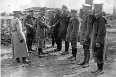 ??  ?? ■ Generalleutnant Ernst von Hoeppner (middle, shaking hands with Karl-emil Schäfer), the 'Kommandierenden Generals der Luftstreitkräfte' during a visit to Jasta 11 at Rocourt on 23 April 1917. L to R: Hauptmann Maximilian Sorg (Aviation Officer, 6. Armee), Manfred von Richthofen, Hoeppner, Leutnant von Hartmann, Leutnant Constantin Krefft, Karl-emil Schäfer, Leutnant Otto Brauneck, Leutnant Lothar von Richthofen and Leutnant Karl Esser.