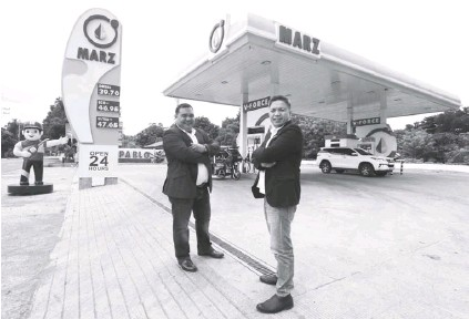 ??  ?? Jerico Sison and Edgar Marquez at the Marz Fuel San Pablo branch in Laguna. ERNIE PEÑAREDONDO.