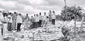?? SPECIAL ARRANGEMENT ■ ?? Officials inspecting the Godavari bund at Polavaram village as the water level rose in the river on Friday.
