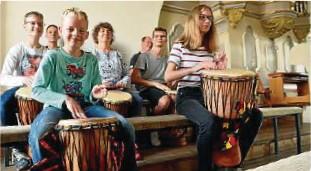 """??  ?? Die """"Dancing Hands""""spielen auf sogenannten Djembes. Das sind Trommeln aus Hartholz mit Ziegenoder Kuhfell bespannt, die in Ghana hergestellt werden."""