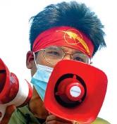 ??  ?? Megafono Un giovane manifestante a Naypyidaw (Afp)