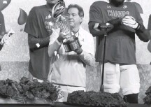 ?? ROGER STEINMAN/ASSOCIATED PRESS ?? Alabama's Nick Saban lifted a trophy after the Rose Bowl on Jan. 1. He hopes to raise another Monday after a matchup with Ohio State.