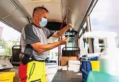 ??  ?? In einem Impfbus wird eine Spritze vorbereitet. 20MIN/CELIA NOGLER