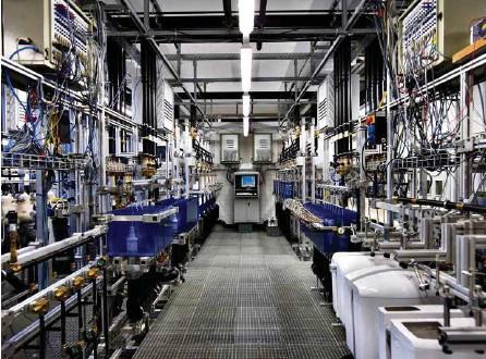 ?? (MARTIN RUETSCHI/KEYSTONE) ?? Avant de racheter Sanitec en 2014, les lignes de production de Geberit ont été simplifiées – un seul produit fabriqué par site – et automatisées, à l'exemple de l'usine historique de Rapperswil-Jona (SG).