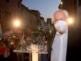 ??  ?? In via Palazzo Pier Paolo Baretta ha appena finito il comizio tra bandiere e cartelli