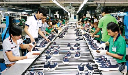 ?? VIETNAM NEWS AGENCY ?? A shoe production line for export. Apparel and footwear materials are among Vietnam's key export products to Cambodia.
