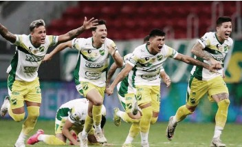 ??  ?? VICTORY. Players of Argentina's Defensa y Justicia celebrate after winning the Recopa Sudamericana final soccer match against Brazil's Palmeiras in a penalty kick shootout at the Mane Garrincha stadium in Brasilia, Brazil, Wednesday, April 14, 2021. / AP