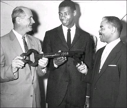 ?? AP ?? Indianapolis Mayor Phil Bayt gives the key to the city to Oscar Robertson and Attucks coach Ray Crowe in 1955.