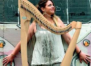 ??  ?? Cecilia Lasagno o Cecilia «Harp» dopo il Conservatorio ha sperimentato suono dell'arpa in ambiti diversi da quello classico, come musicista di strada e in teatro Poliedrica
