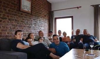 ?? FOTO RR ?? De familie Houbrigts, met z'n allen in de zetel in hun vakantiehuis in de Ardennen.
