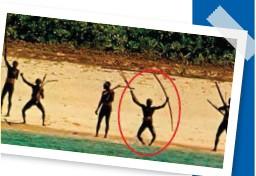 ??  ?? Desde el aire o desde el mar, la proximidad de extranjeros hace que jóvenes y adultos salgan a su costa para defenderse agresivamente con todo lo que tienen.
