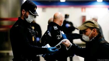 ??  ?? La policía reparte mascarillas en el Metro de Madrid en una imagen reciente.