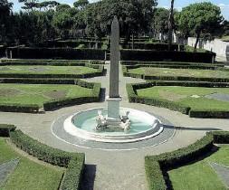 ??  ?? Trinità dei Monti I giardini di Villa Medici, sede dell'Accademia di Francia