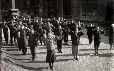 ??  ?? ДОБРОЕ УТРО, ТОВАРИЩИ: Пятиминутная физкультзарядка перед началом работы в мастерской Донецкого метзавода им. Сталина. Снимок сделан до 1941 года. Можно сказать, это последняя предвоенная зарядка