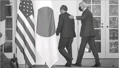 ?? Doug Mills/getty Images ?? President Joe Biden (right) and Prime Minister Yoshihide Suga of Japan leave the Rose Garden after a news conference. The two leaders were to discuss human rights, China and other topics.