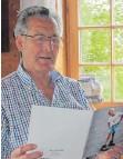 ?? FOTO: GOETTING ?? Rudi Blaul mit dem Heft zum 60-jährigen Bestehen des Eisenbahn-Waisenhorts.