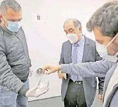 ??  ?? Sarkis (centre) supervises the training process of Covid-19 sniffer dogs at a facility in Lebanon's capital Beirut.