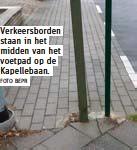 ?? FOTO BEPR ?? Verkeersborden staan in het midden van het voetpad op de Kapellebaan.