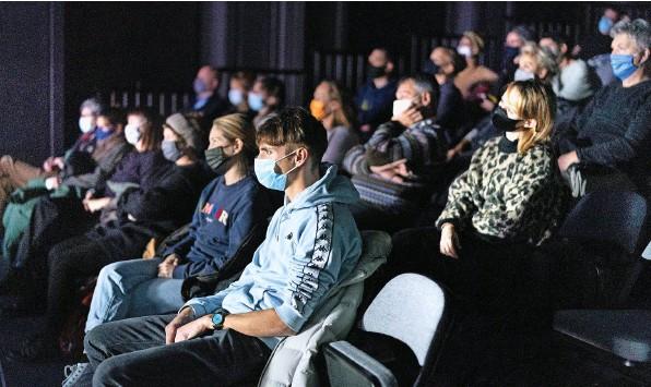 ?? Foto: Keystone ?? Vieles könnte mit einem Corona-Attest einfacher werden: Theaterbesucher mit Maske und Abstand im Dezember 2020 in Zürich.