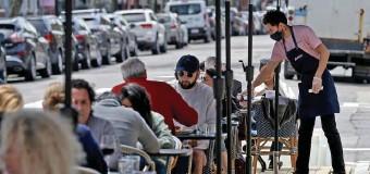 ?? MATT STOnE / HERAlD STAff filE ?? STICKING AROUND? Diners eat outdoors at Saltie Girl on Newbury Street on May 3.