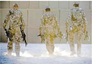?? FOTO: PICTURE ALLIANCE/DPA ?? Bundeswehrsoldaten tragen Waffen zu einem Depot in Kundus. Nun endet ihre Mission in Afghanistan.