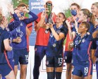 ?? REINHOLD MATAY/USA TODAY SPORTS ?? The U.S. women's national team celebrates after defeating Argentina on Wednesday to win the SheBelieves Cup.